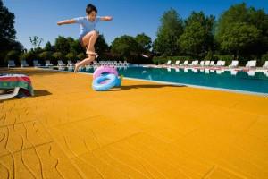 pavimento antiscivolo e antitrauma da piscina