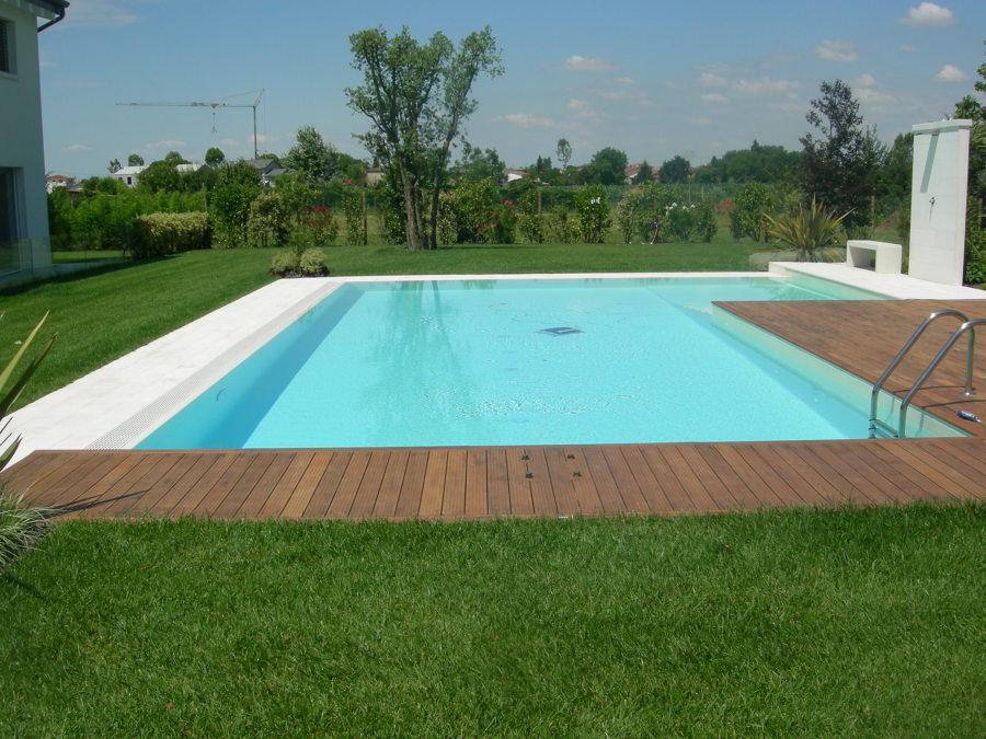 Pavimentazione bordo piscina quale scegliere e perch for Bordo piscina legno